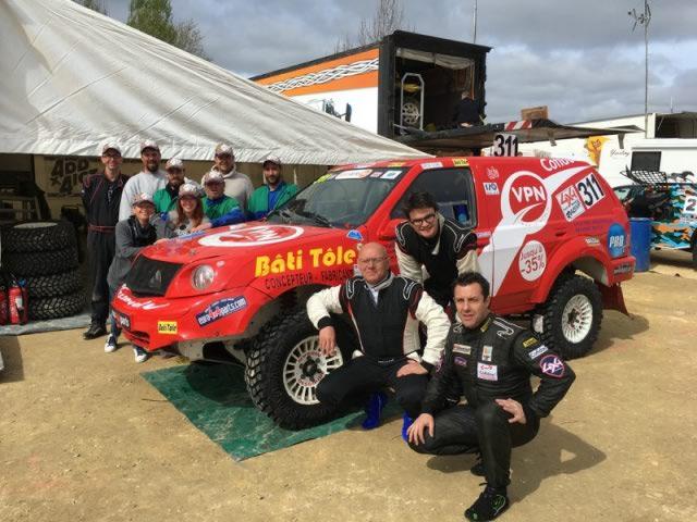 La team VPN Fréjus aux côtés du Nissan Pathfinder