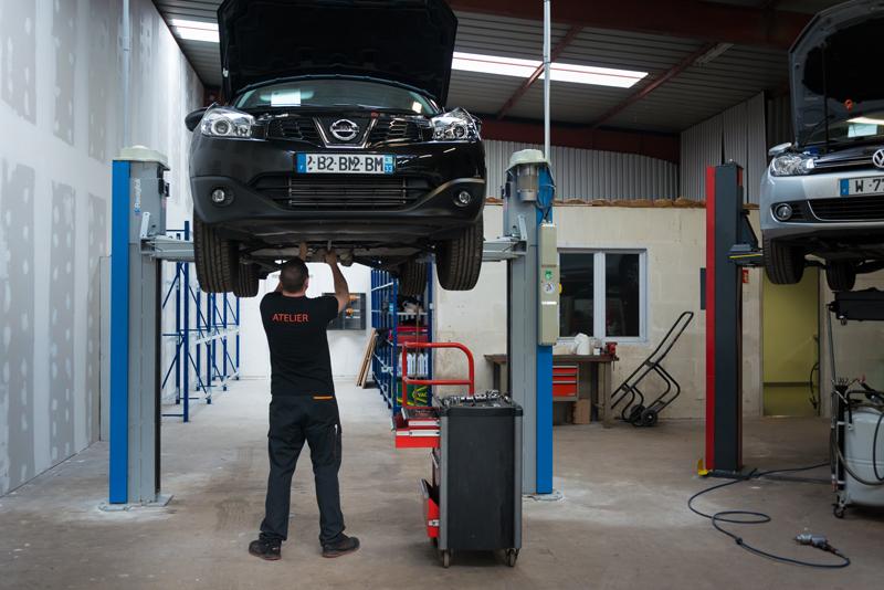 Révision et entretien d'une voiture dans l'atelier de VPN Autos à Mérignac.