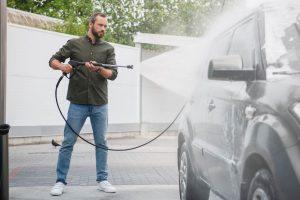Lavage de la carrosserie avant de vendre sa voiture à un professionnel