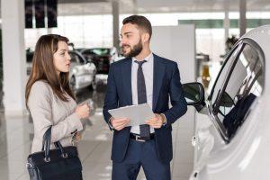 Photo illustrant le concept de la vente d'une voiture à un concessionnaire